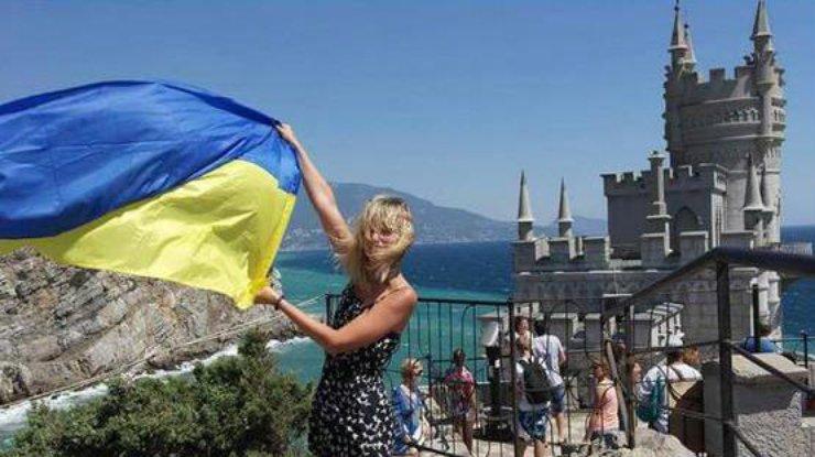 v-krymu-zhenschina-razvernula-ukrainskij-flag-foto-irn_mus_rect_6728c8cd57bb5f6aab88204a7ed4e37d