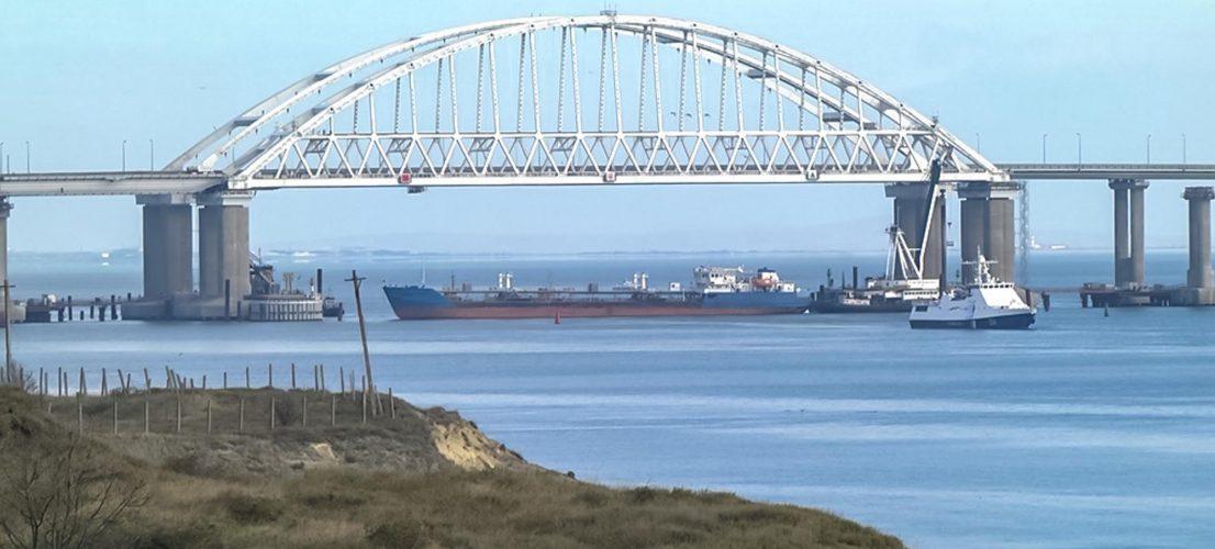 sudno-perekrilo-arku-pod-krimskim-mostom-1106x500