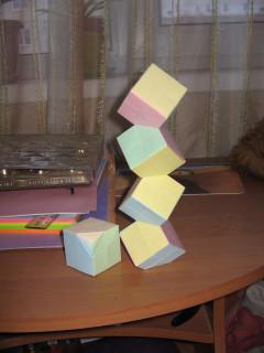 Рядом лежит верхний кубик