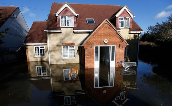 houses-in-uk-loosing-value-600x370