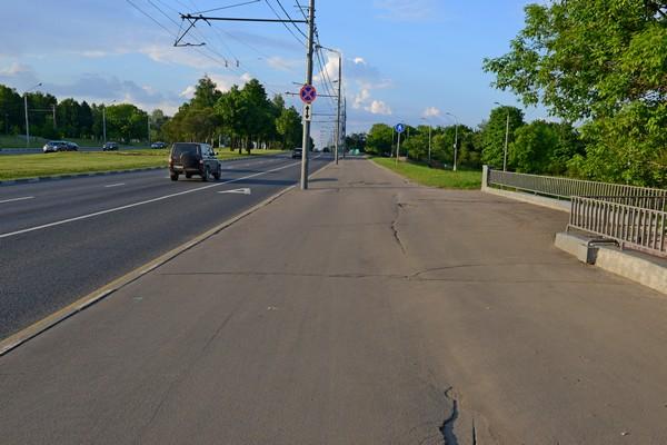 Утром это тротуар с интенсивным движением.jpg