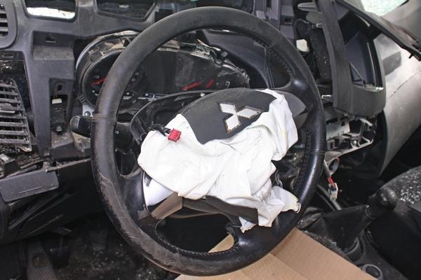 Руль со сработавшей подушкой.JPG