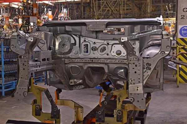 Часть кузова нового автомобиля на заводе Ниссан в СПб.jpg
