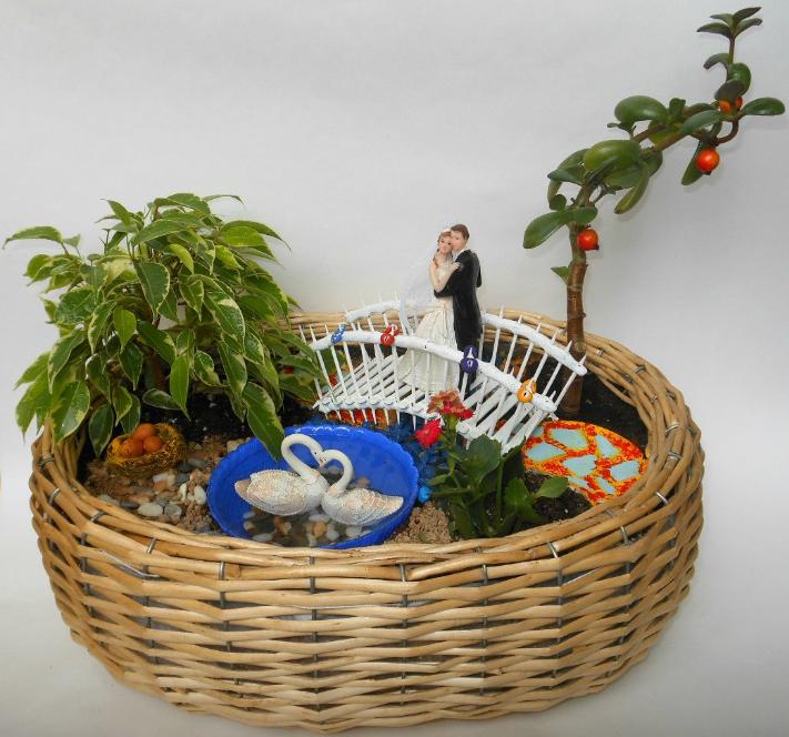 Мини-сад в подарок на свадьбу. Декор весь, кроме фигурок жениха и невесты - самолепный! Даже замочки на мосту)