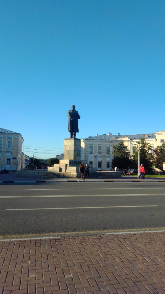 Ленин смотрит на Трехсвятскую