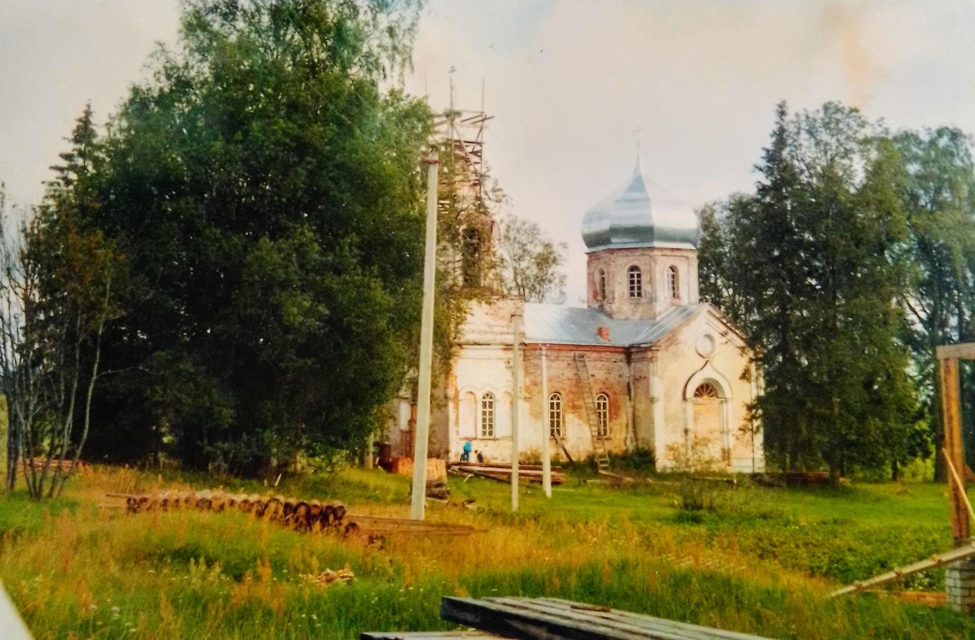 Фото 2000 года. Та самая церковь. Идёт реставрация.
