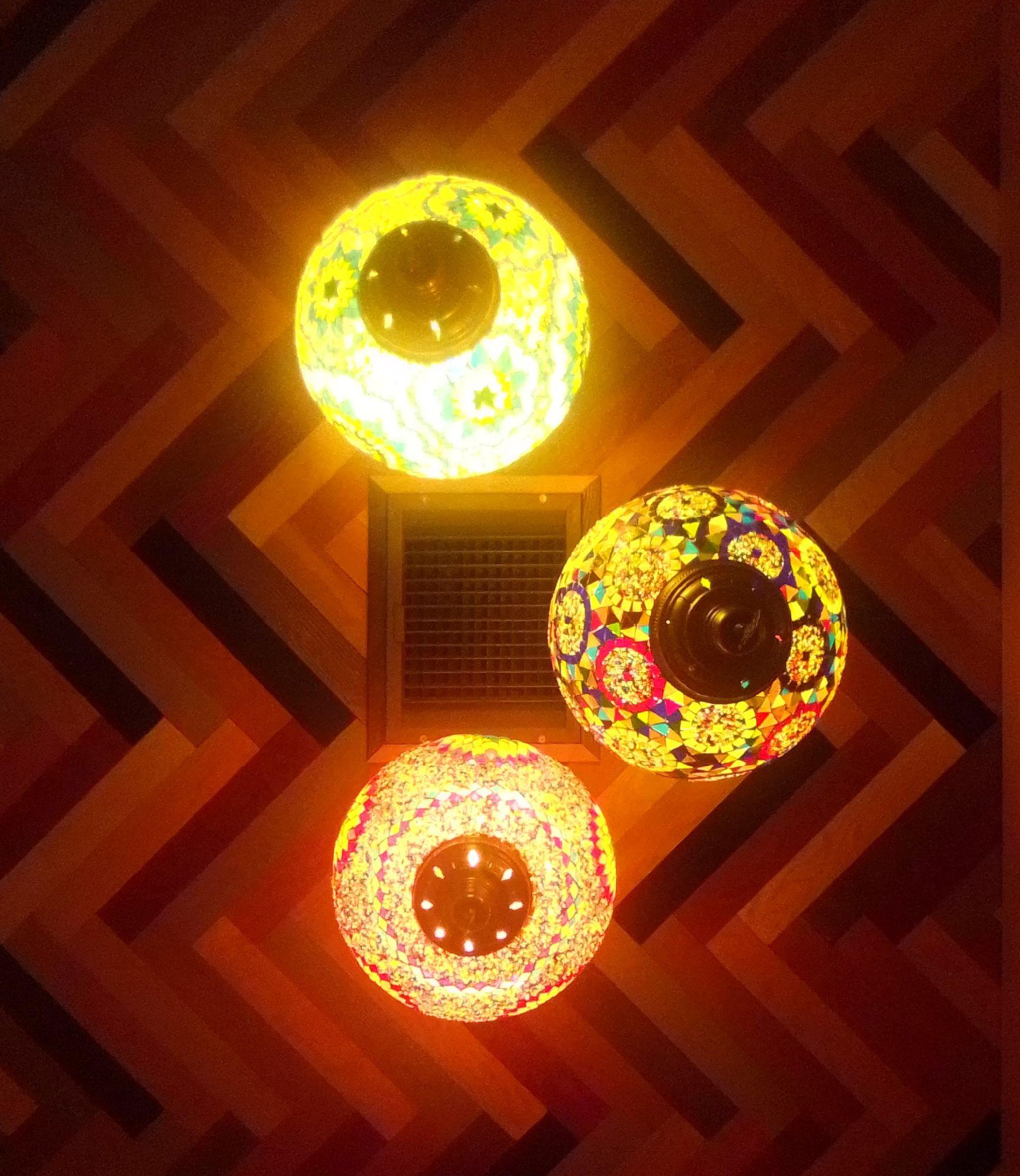 Свет над столиками