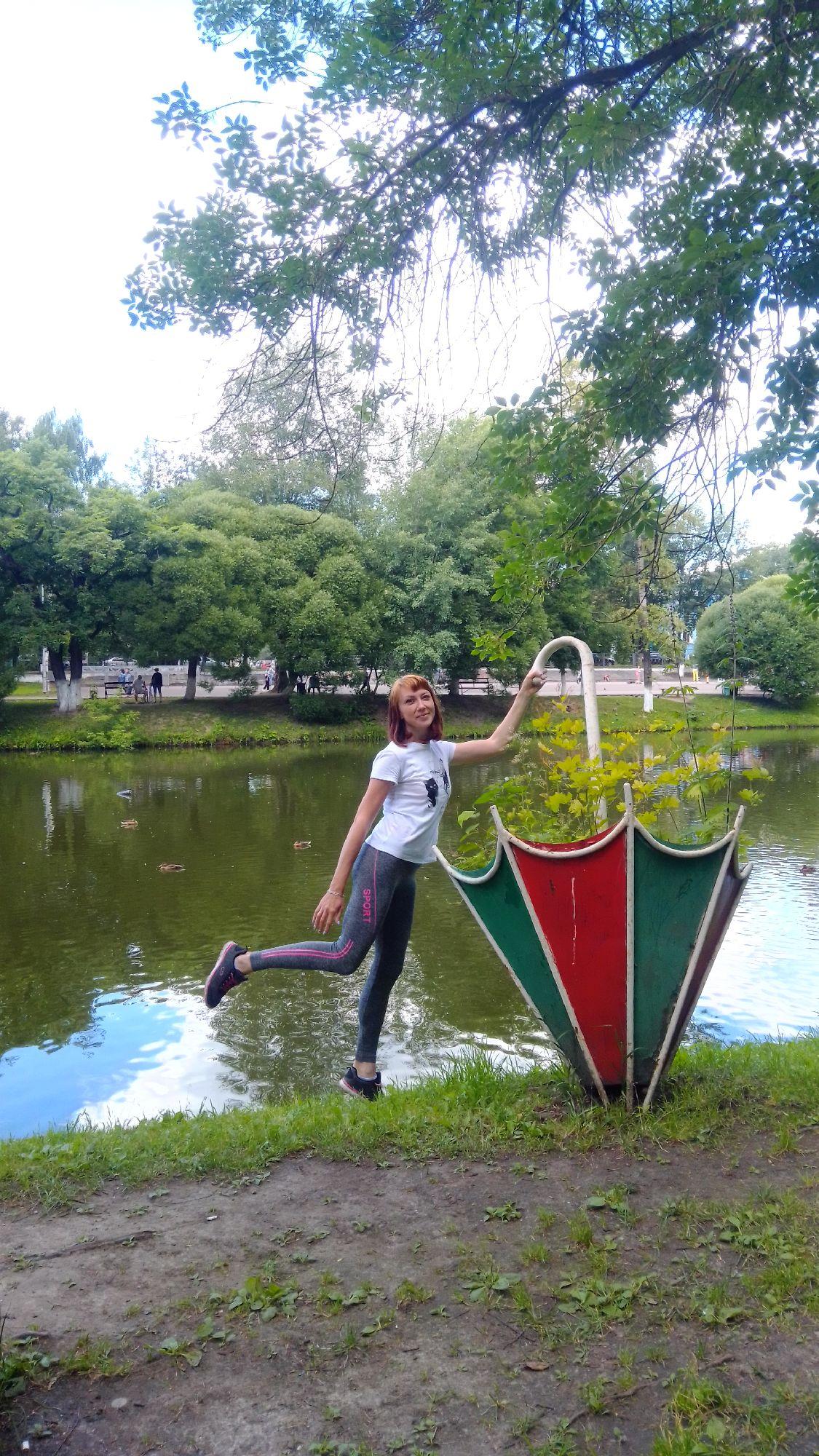 Клумбы-зонтики вокруг пруда