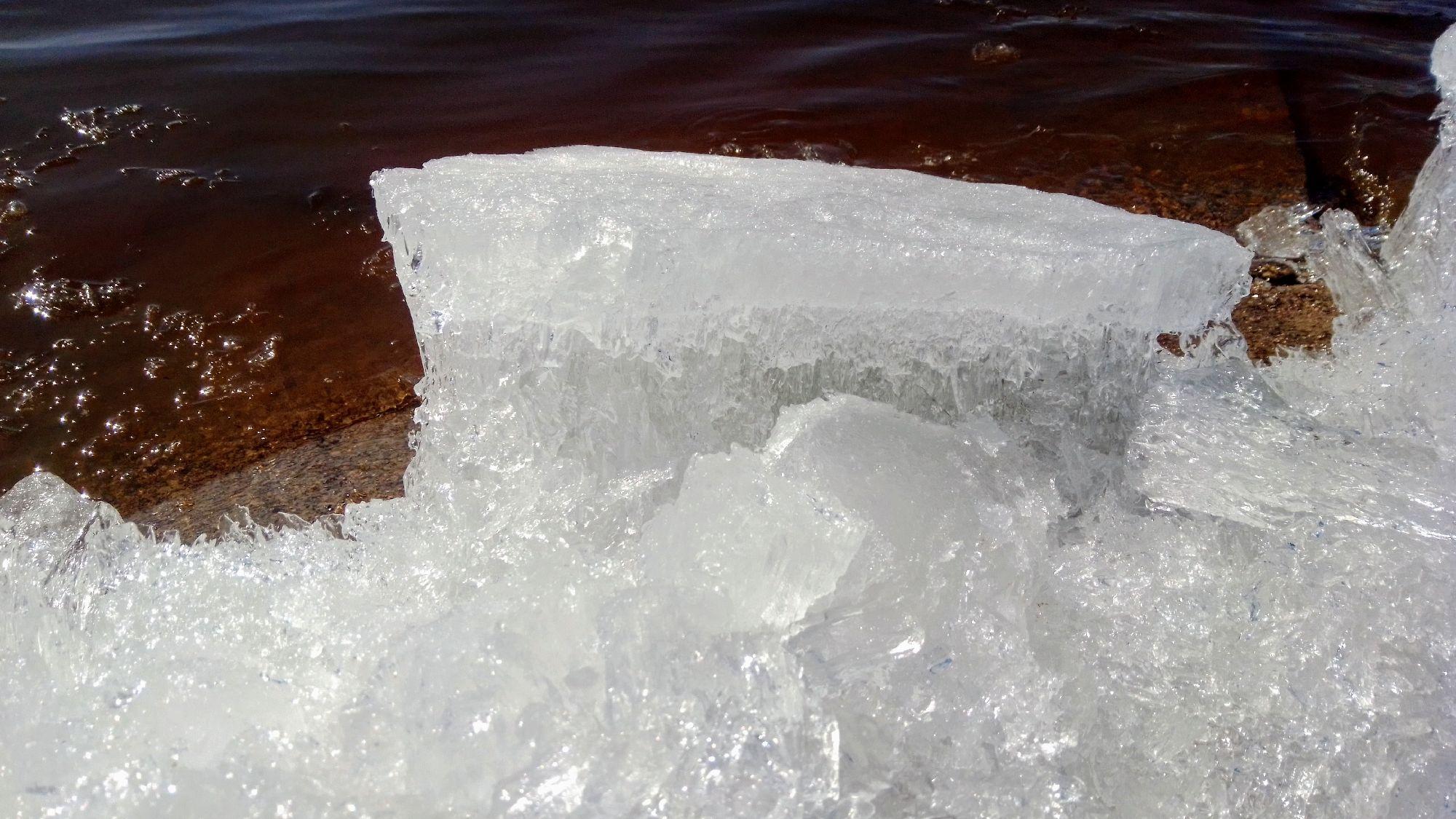Лёд, вынесенный на берег