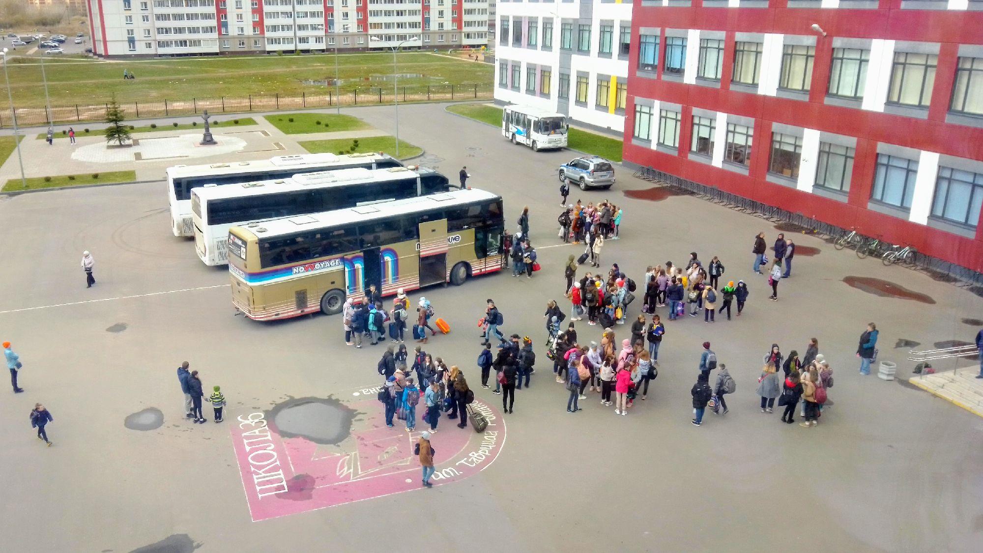 Дети в ожидании распределения по автобусам.