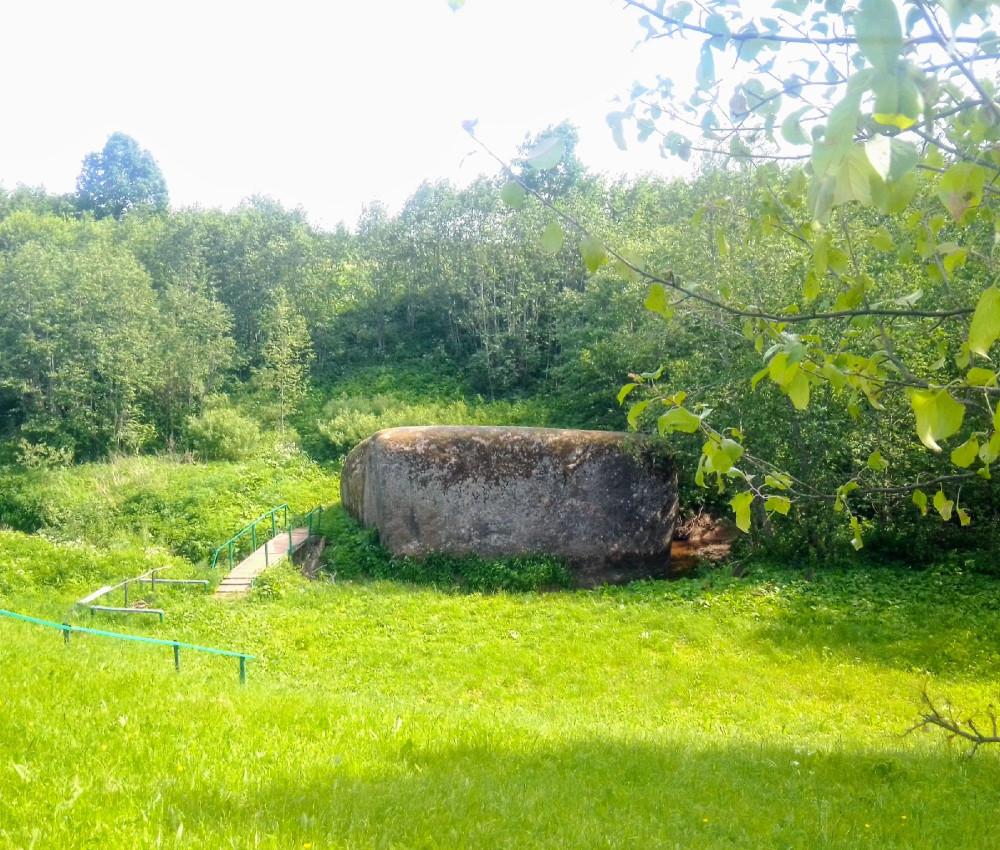 Вид с холма на камень