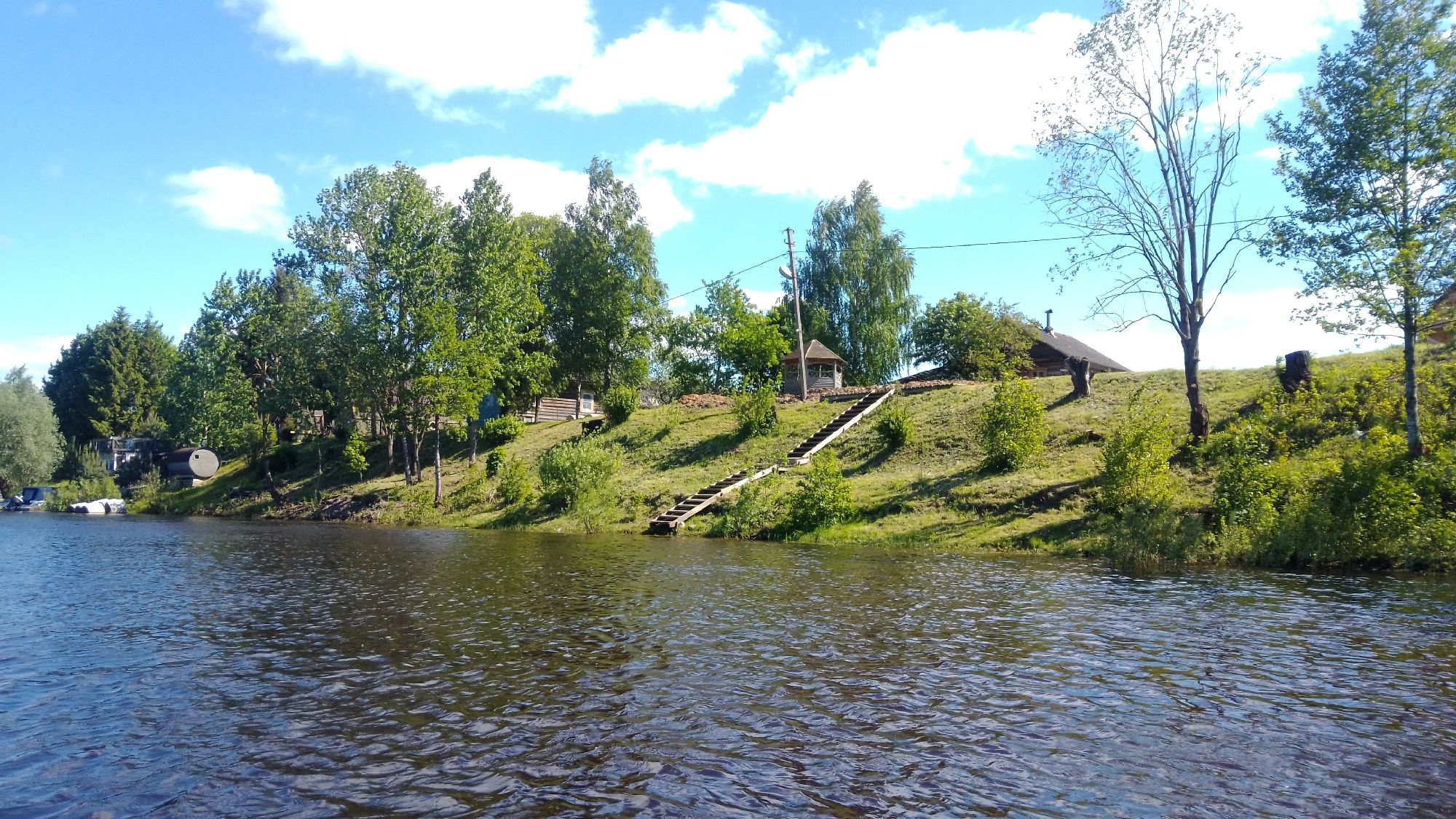 Спуски к воде, баня, домики, беседки с видом на воду, лодки и катера, чтобы катать туристов по каналу.