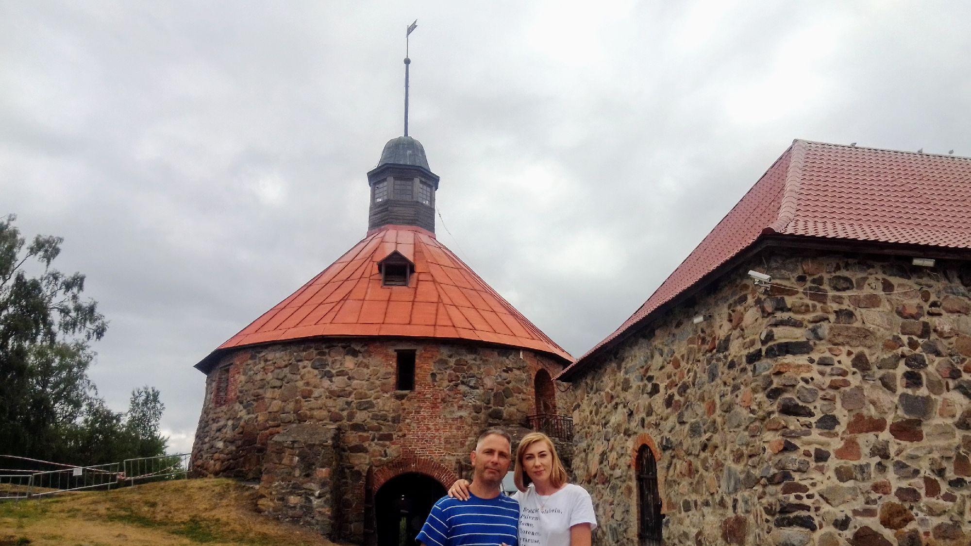 Башня, возле которой принято снимать вечернее платье, стоя лицом к стене)