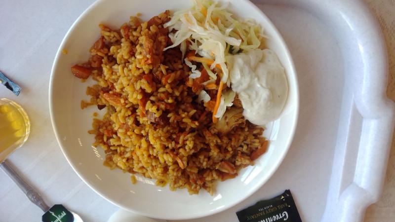 Плов с соусом и салатом был нереально сытным и вкусным!