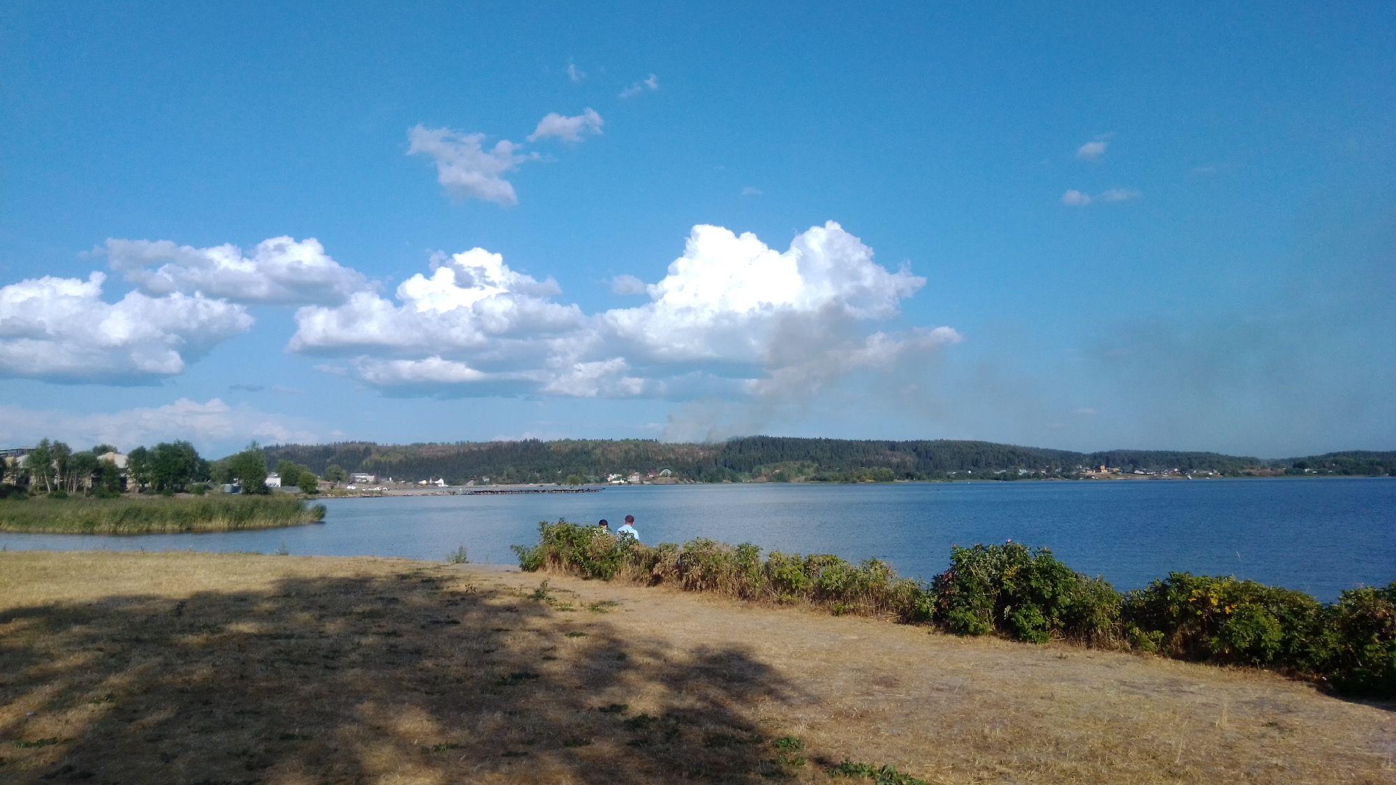 Видите клубы дыма за озером?