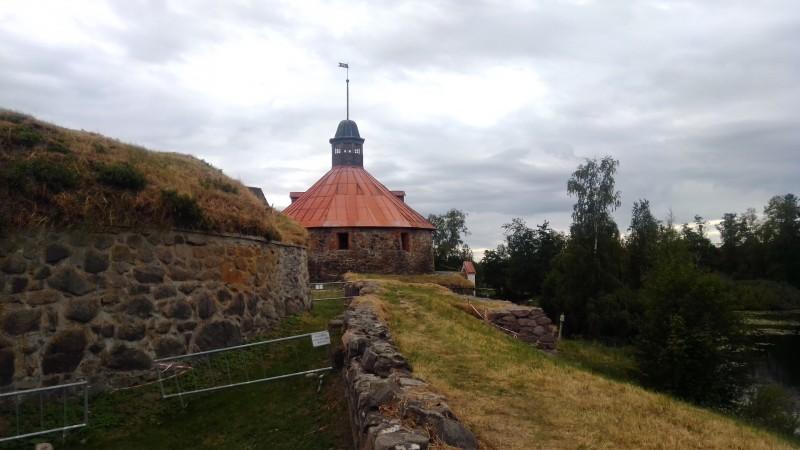 Слева пороховой погреб, прямо — Круглая башня