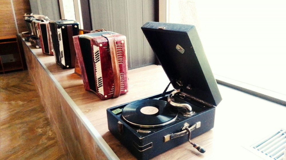 Выставка музыкальных инструментов в питьевой галерее