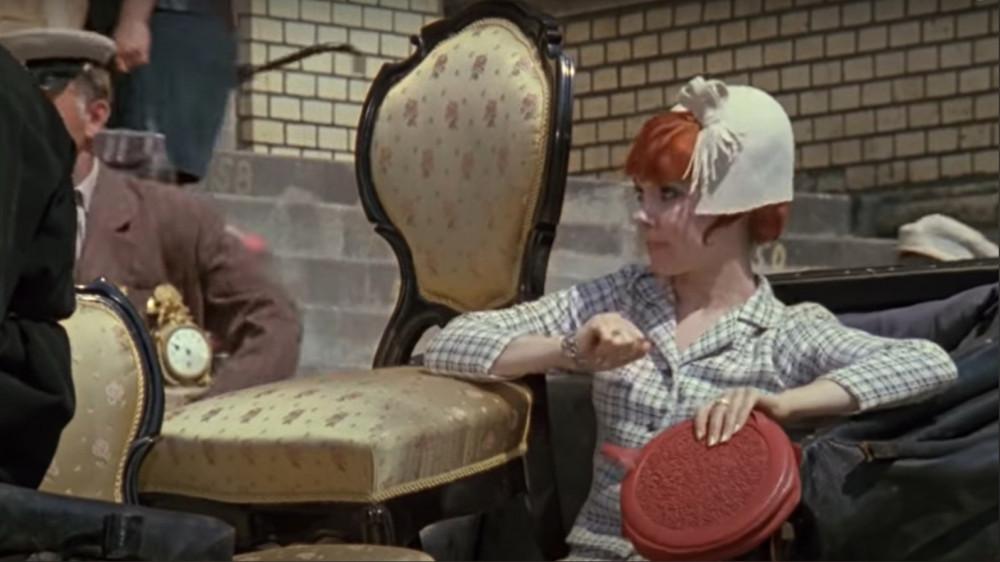 Кадр из фильма, когда Эллочка со стулом уезжает с аукциона сделан у входа в здание Биржи