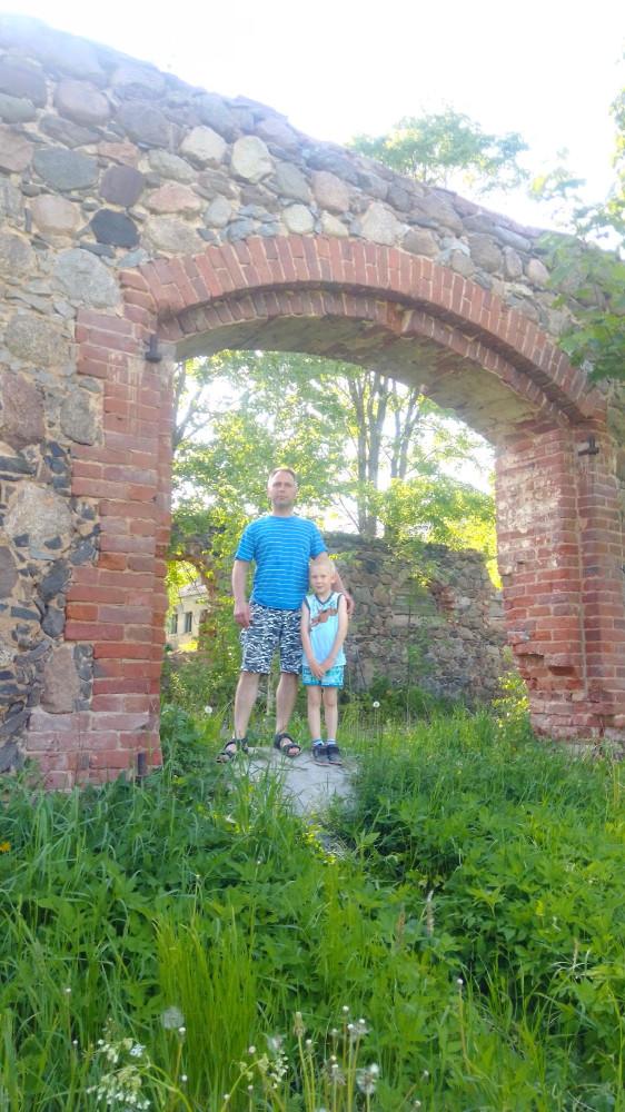 Место бывших ворот (петли сохранились)