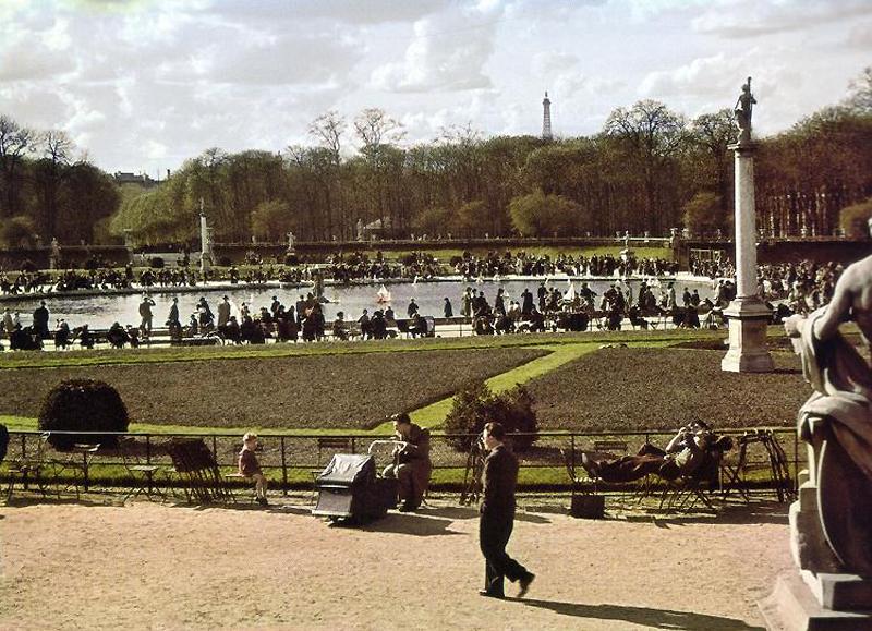 Публика в Люксембургском саду, май 1942 г.