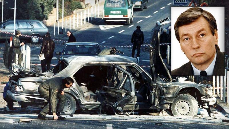 Фото с места гибели главы «Дойче банка», а также советника канцлера ФРГ Альфреда Херрхаузена (30 ноября 1989 года). Ответственность за взрыв взяла на себя западногерманская «Фракции Красной Армии» (РАФ). Бомба была изготовлена в Ливане, в деле есть чёткий след Народного фронта освобождения Палестины (НФОП).