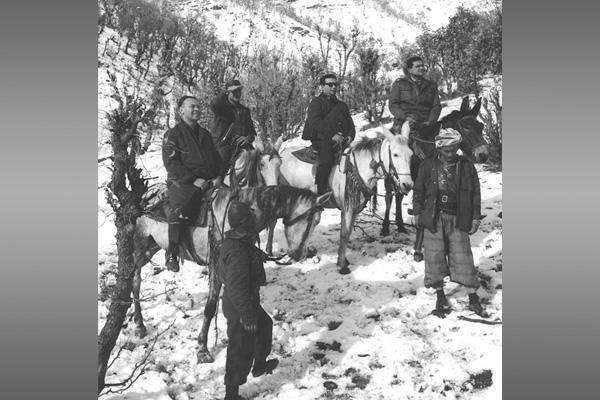 """Курдистан. Собкор """"Правды"""" на Ближнем Востоке Евгений Примаков едет в резиденцию Мустафы Барзани, руководителя курдского национально-освободительного движения. 1966 год."""