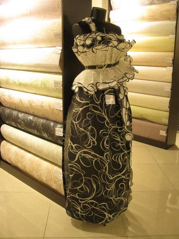 Платья из обоев фото с выставки. Девушки в платьях из обоев 52