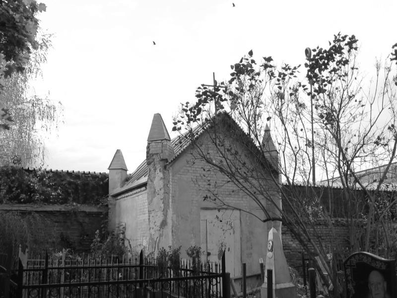 Бывшая кирха в углу кладбища, ныне подсобка -веники хранить.