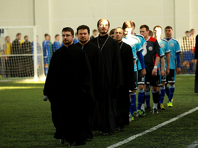 zabivaj-s-bozhej-pomoshhju-kak-svjashhenniki-v-futbol-igrali_1449853159756631252