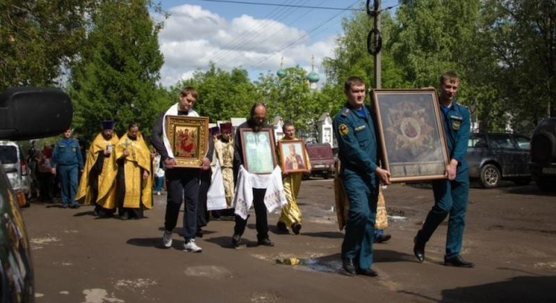 О мракобесных придурках: Только молебны помогут МЧС  одновременно спасать россиян от дождей и пожаров