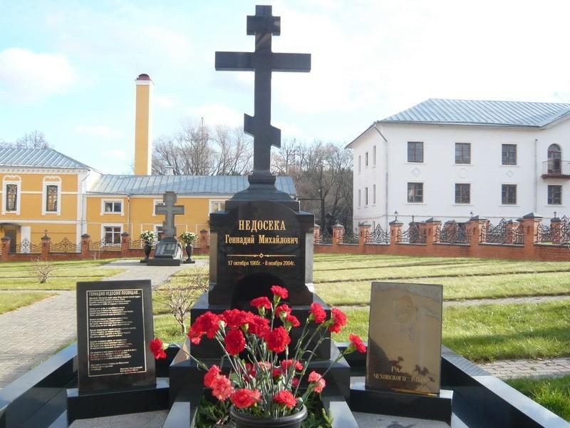 могила в монастыре