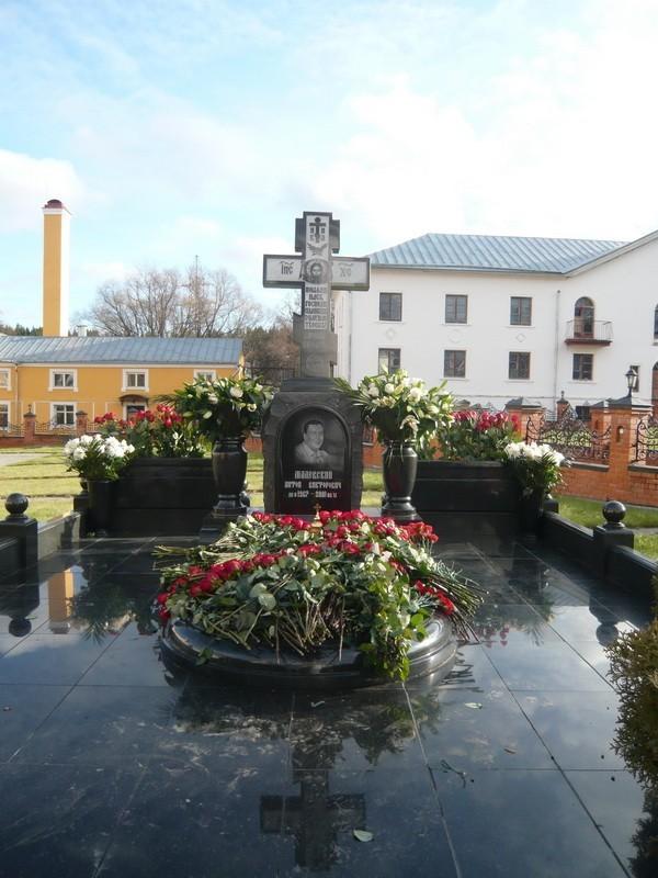 памятник-антону-измайловскому-в-монастыре