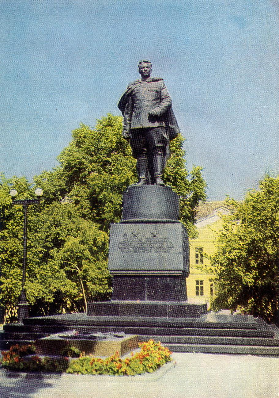 Litva - Vilnus. Pamyatnik Chernyahovskomy_resize