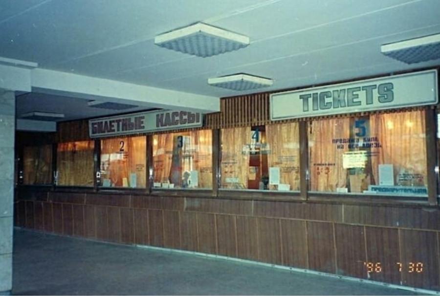 1996 год: ЖД-вокзал Южно-Сахалинска
