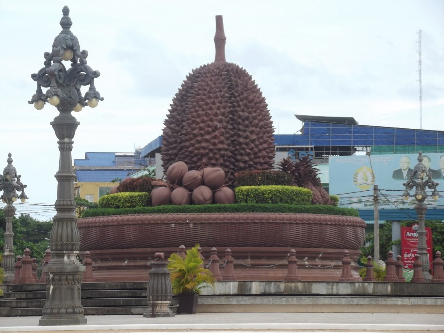 Камбоджа памятник дуриану в городе Кампот