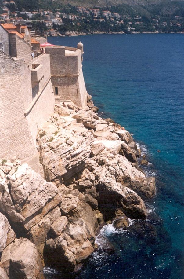 Krepostnaia stena v more