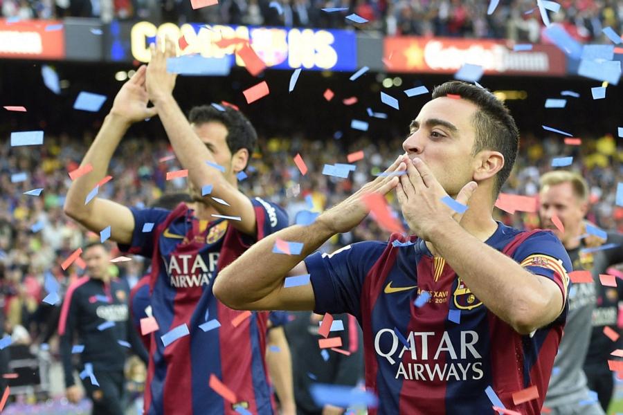 Barcelonas-Xavi-Hernandez-raises-the-La-Liga-trophy