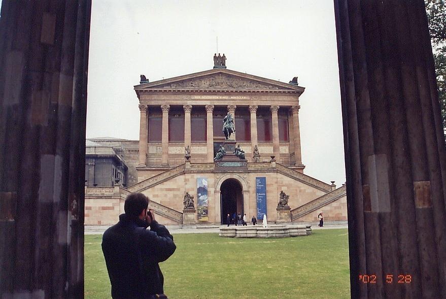 Zhenia fotografiruet muzei