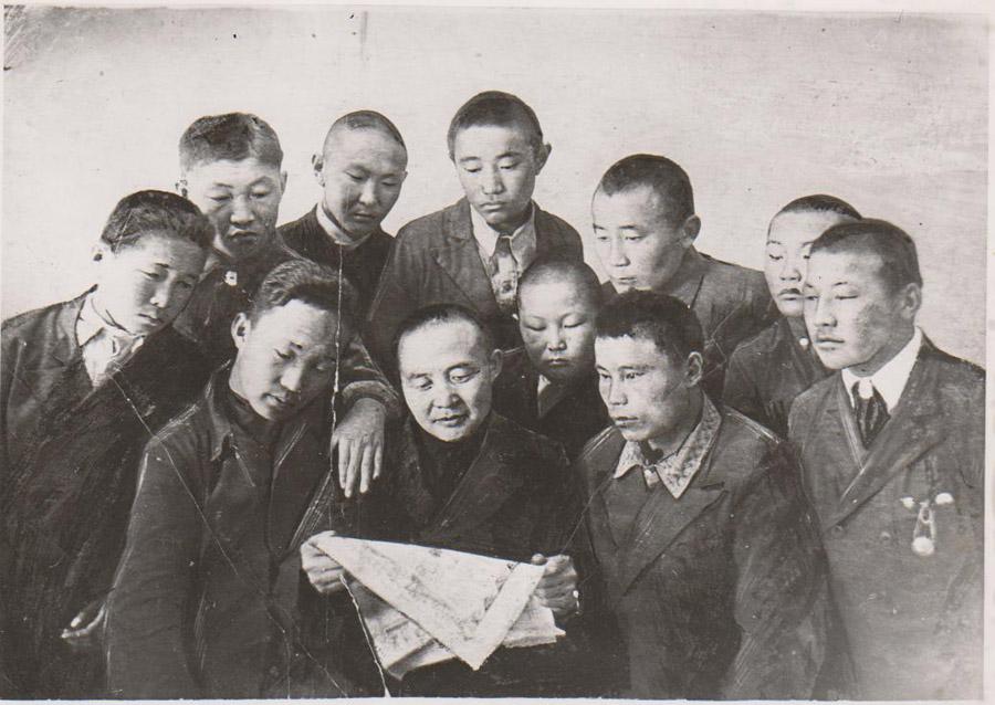 1940 г. Члены лит кружка  К вершине (в центре Балданжабон).jpg