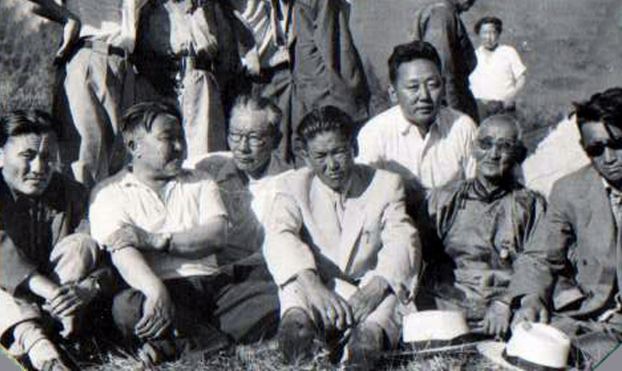Ж.Балданжабон среди монгольских друзей.jpg