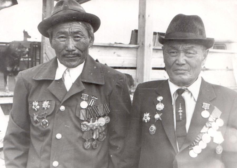 Цыренов Нагмит, Чиндалей (слева), участник парада Победы в 1945 г. и Батожапов Мунко, Зуткулей.jpg