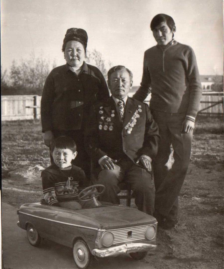 Супруги Д-Ж. и Д.Дондоковы, их сыновья Валерий и Баир, ныне фермеры. 1980-е годы.jpg