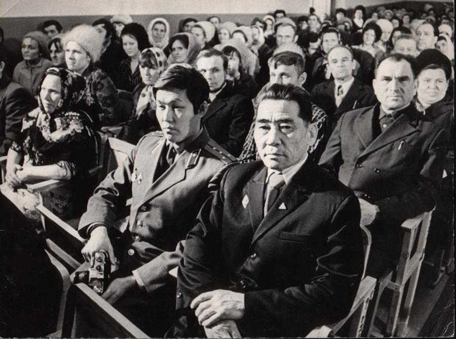1. 1961 г. Собрание в Южно-Сахалинске. Ральдин Базаржаб, пред. к-за им.Сталина, Цокто-Хангил.jpg