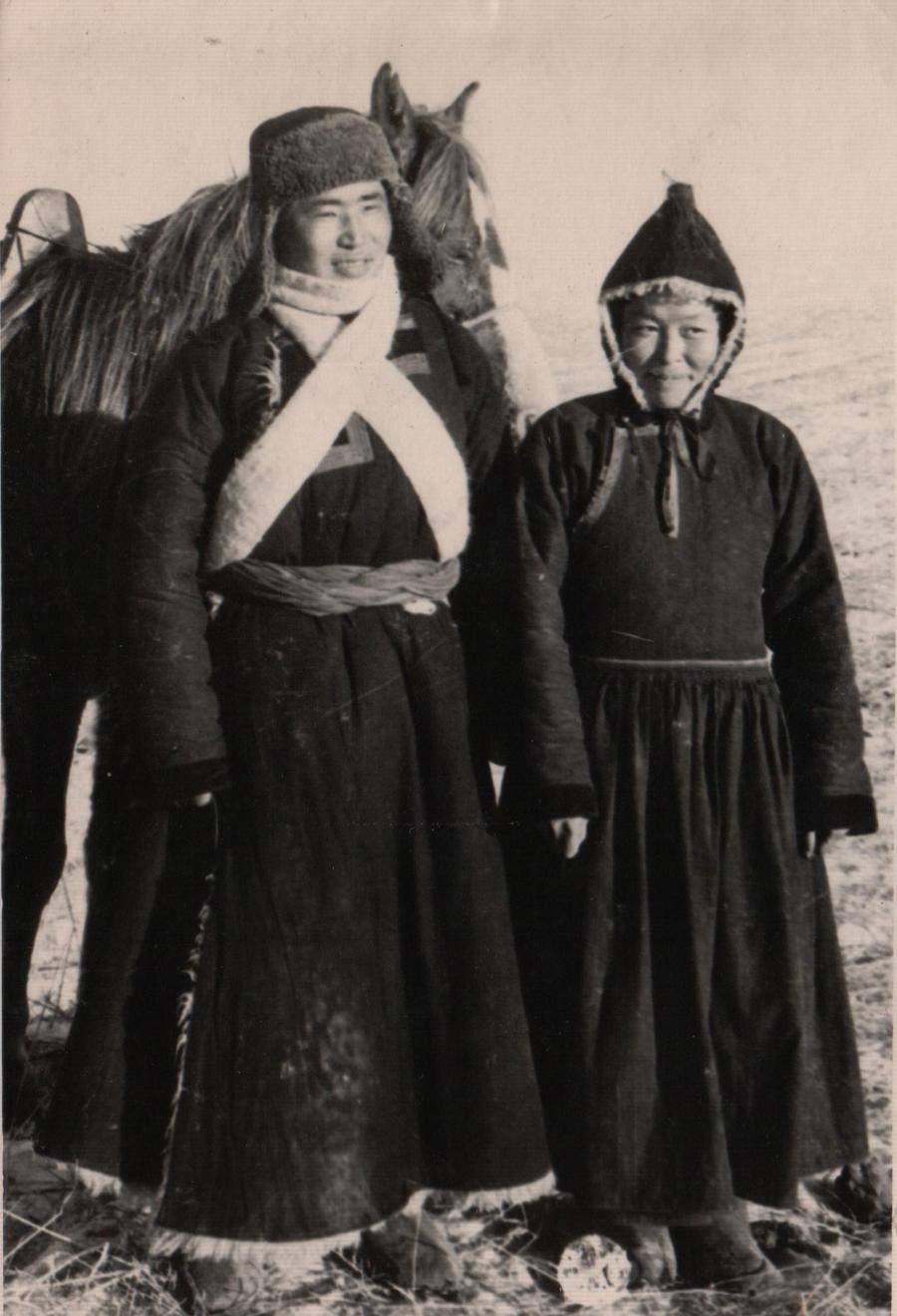 Супруги Юундэн-Доржо Бальжиев и его жена. 1955 г. Хунхэр.jpg