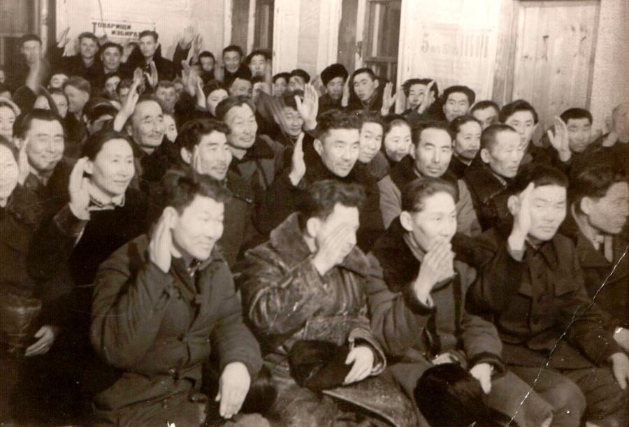 2. Выдвижение доярки Жалсановой Будаханда в облСовет депутатом. 1960 г..jpg