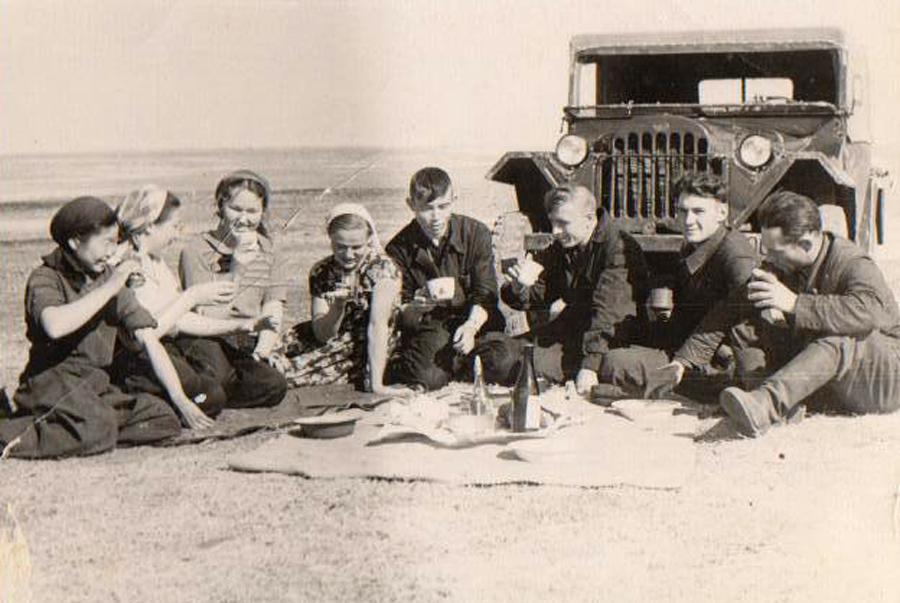 1. молодежь на сакмане в с. Гунэй 1958г..jpg