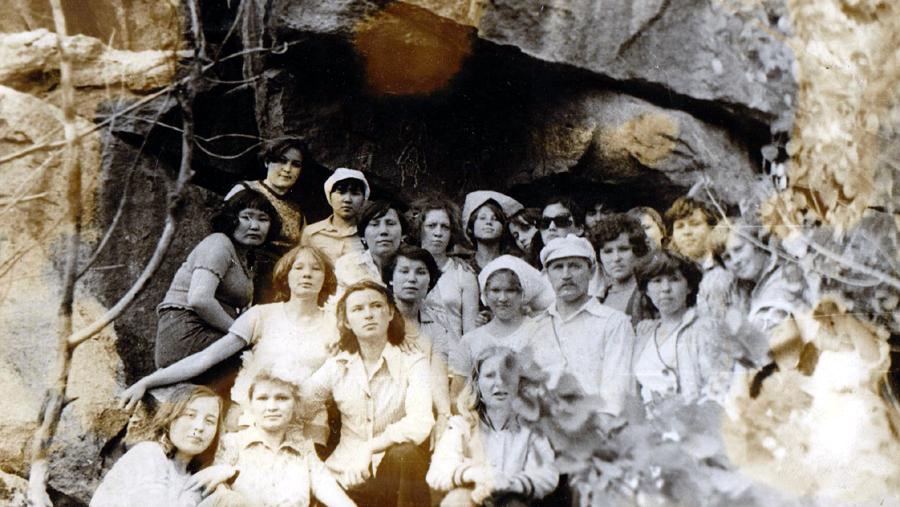 Стрельников В.Г. с уч- ся АПУ около Судунтуйских писаниц 1979г..jpg