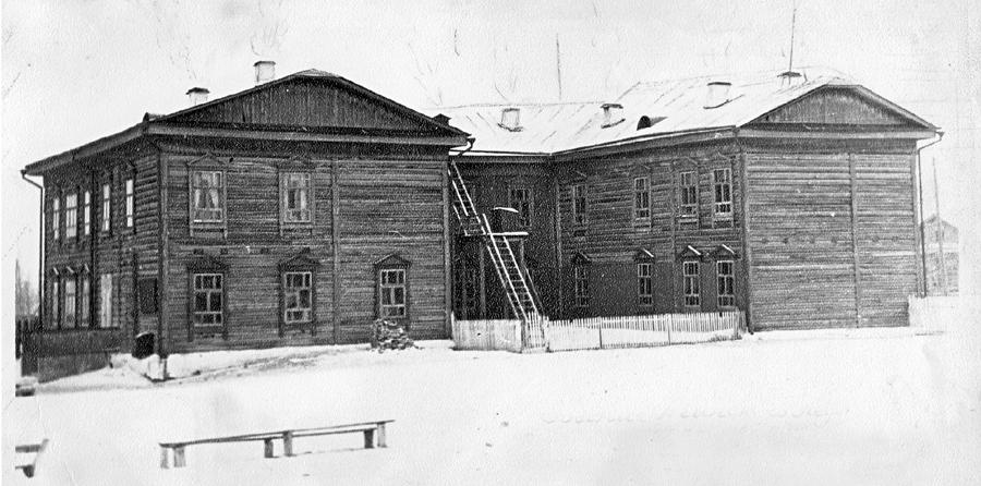 4. Первое здание техникума построено в 1929-1930 гг. Вид с северной (тыльной) стороны. Фото 1966 года.jpg