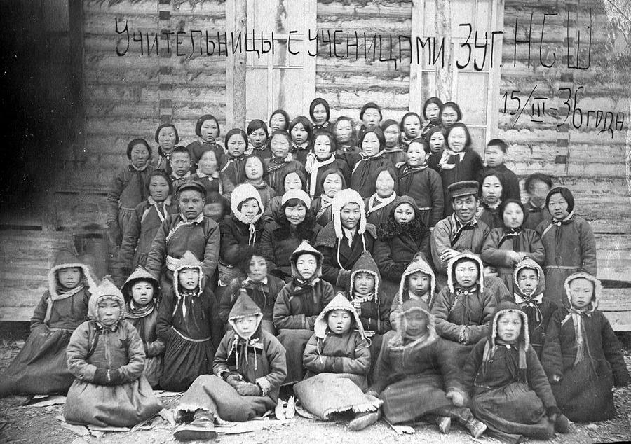 1936 год.  Учительницы с ученицами.jpg