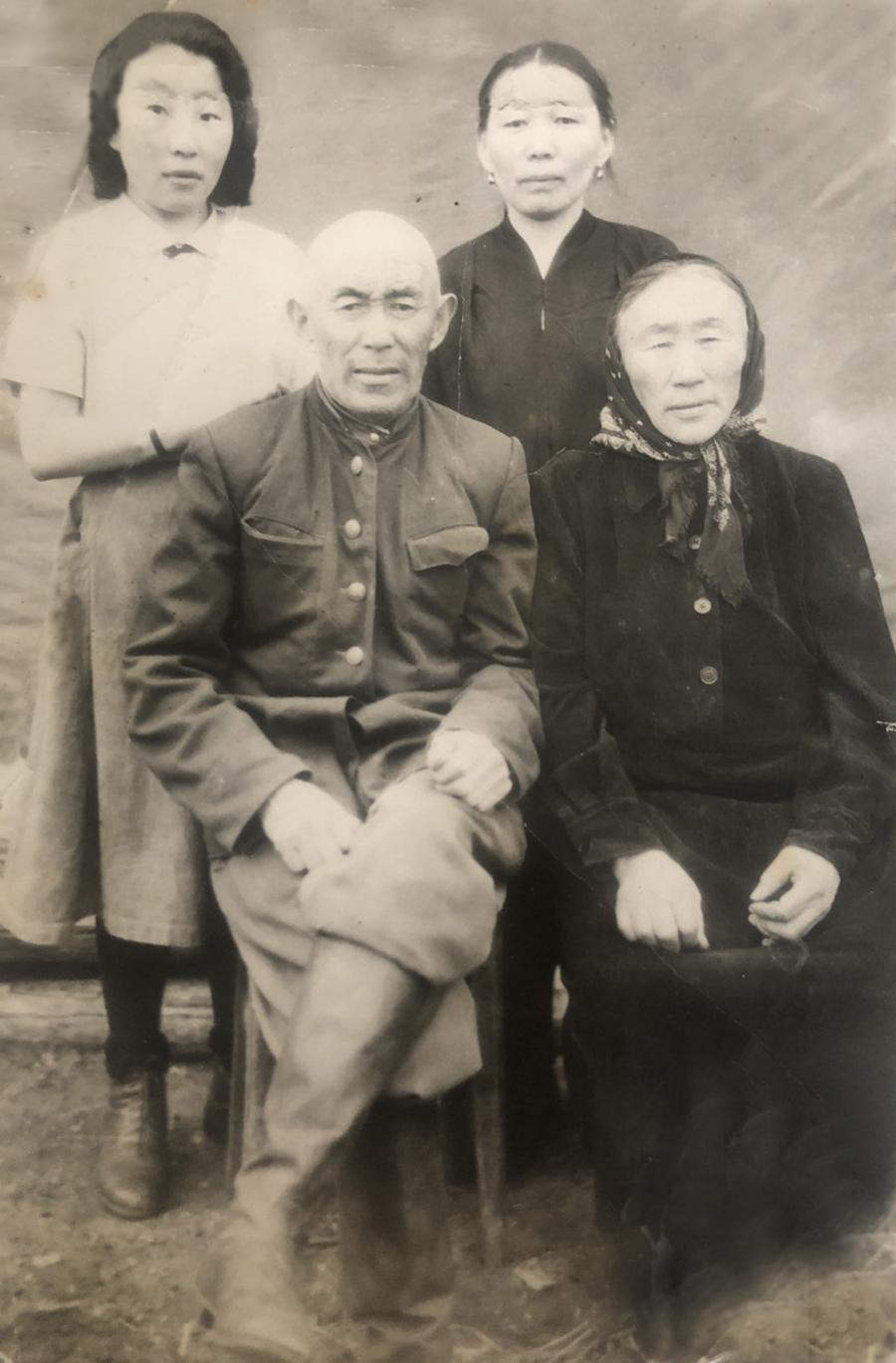 4ое - дед , его жена справа стоит моя мать и сводная сестра Елена-1.jpg
